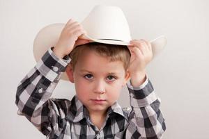 echte mensen: serieuze cowboy, kleine jongen, Kaukasische hoofdschouders