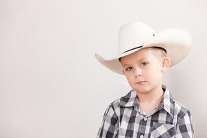 echte mensen: serieuze cowboy jongetje hoed blanke schouders foto