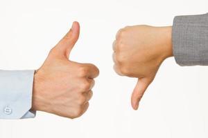 Kaukasische zaken man en vrouw met duim omhoog of omlaag foto