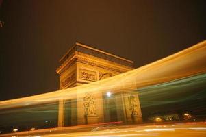 verlichte triomfboog in de stad Parijs foto