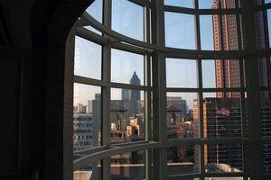 atlanta door een raam