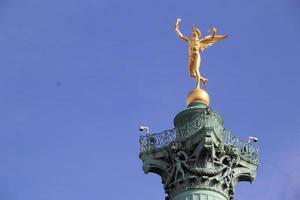 genie de la liberte op de kolom van juli, bastille place. foto