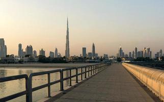 Dubai skyline in de ochtend foto