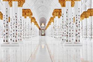 interieur van de sjeik zayed-moskee, abu dhabi foto