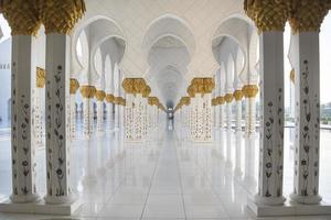 marmeren zuilengalerij in de sjeik zayed-moskee