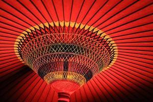 rode handgemaakte papieren paraplu openen in de japanse cultuur foto