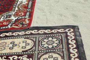 oude tapijten op zandstrand in Egypte foto