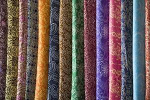 een levendige selectie batik sarongs foto