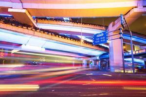 shanghai verhoogde kruising en kruispuntviaduct 's nachts