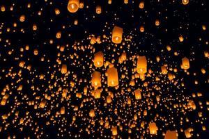 drijvende lantaarn, yi peng ballonfestival in chiangmai thailand foto