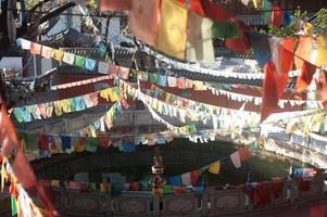 Tibetaanse boeddhistische gebedsvlaggen in Chinese tempel. foto