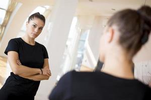 meisje in een spiegel foto