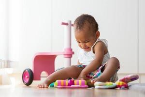 portret van klein Afrikaans Amerikaans meisje spelen foto