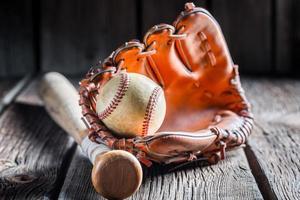 vintage honkbal in een leren handschoen foto