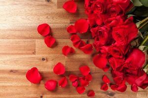 boeket rozen op houten bureau