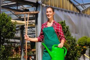 vrouw commerciële tuinman in kwekerij foto
