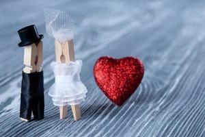 romantisch koppel. huwelijksuitnodiging. man, vrouw en lees hart. foto