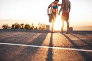 joggers strekken zich uit voor een run foto