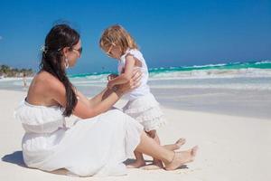 achteraanzicht van moeder en dochtertje genieten van vakantie foto