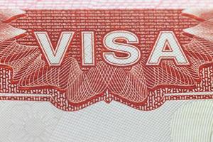 buitenlands visum op een paspoortpagina - geniet van reisachtergrond foto