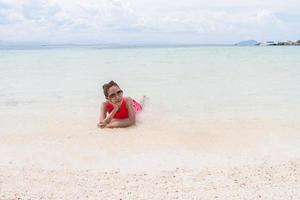 mooi meisje met reizen en vakantie op het strand genieten foto