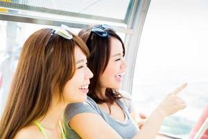 gelukkige jonge vrouw genieten van reizen en kijkt uit raam foto