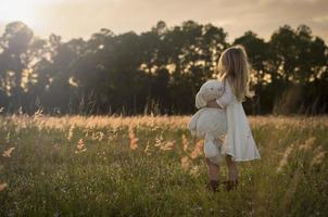 klein meisje in het veld