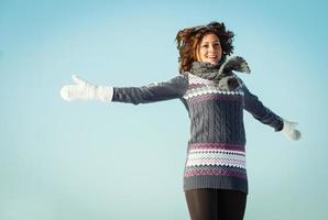 portret van een jonge vrouw plezier hebben en genieten van verse sneeuw foto