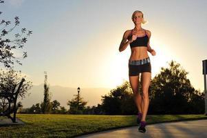 atletische vrouw die in het park loopt foto
