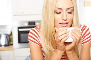 vrouw koffie drinken in de ochtend foto
