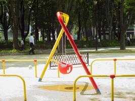 swing kleurrijke op groene tuin in de stad