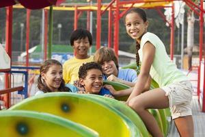 kinderen op een achtbaan