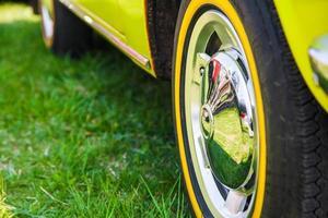 auto wiel in de zomer foto