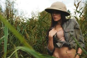 Safari vrouw in moeras foto