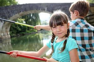 welk kind als eerste zal vissen in de rivier foto