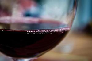 rode wijn in glas foto