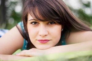 portret van jonge brunette meisje foto