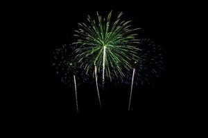 kleurrijk vuurwerk over donkere hemel foto