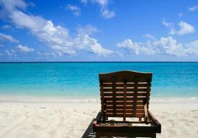 chaise longue op het strand foto