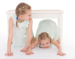 portret van twee vrolijke kinderen foto