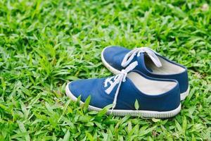 sneakers in groen gras foto