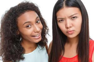 positieve vrienden die gezichten trekken foto