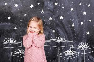 meisje geniet van geschenken foto