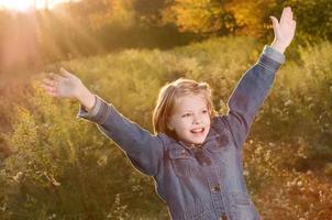 meisje genieten van de herfst foto