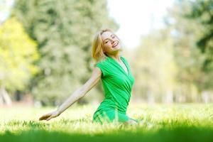 vrouw geniet van de natuur foto