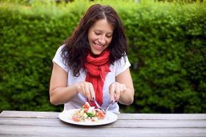 vrouw die alleen van haar lunch geniet
