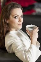 zakenvrouw genieten van een kopje koffie foto