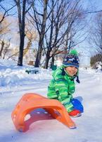 jongen genieten van een slee rijden foto