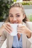 mooie zakenvrouw genieten van een kopje koffie foto
