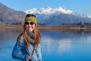 jonge volwassen vrouw genieten van uitzicht op het meer foto